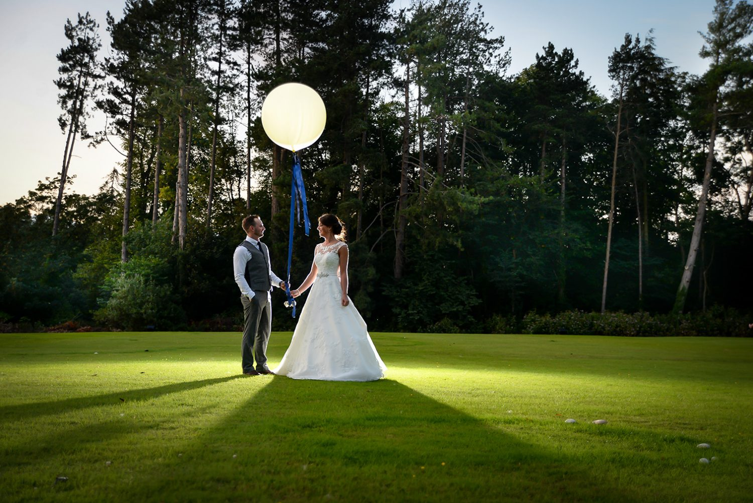 bride & groom with baloon